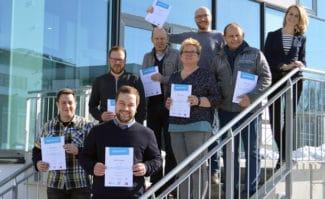 """Zertifikatsübergabe am 24. Februar 2018 in Aschheim bei München: Celina Sievers (VDM Nord-West, oben rechts) und die sieben Absolventen """"Geprüfter Digitaldruck Professional""""."""
