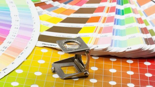 Pantone-Farbfächer zur Abstimmung von Druckfarbe