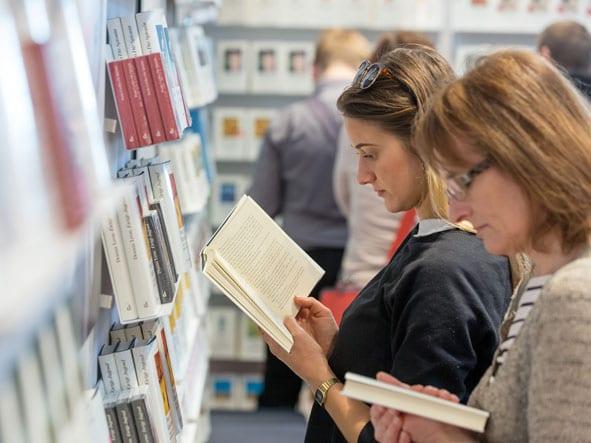 Print on Demand: Das gedruckte Buch punktet etwa auf Messen (hier: Leipziger Buchmesse 2017)