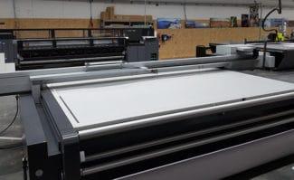 Die Kölner Buch- und Offsetdruckerei Häuser KG baut ihren Digital- und Großformatdruck-Bereich aus. So wurde nicht nur eine bis dahin leerstehende Halle bezogen, sondern auch in einen neuen Flachbettdrucker Nyala LED von Swiss-Q-Print investiert, sowie in einen Schneideplotter von Esko.