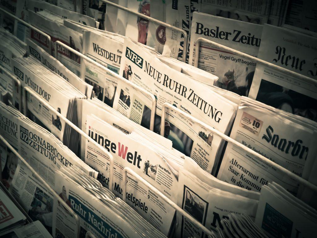 Verschiedene Tageszeitungen am Kiosk