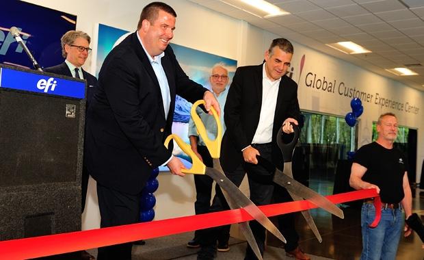 Matt Gardner, Co-General Manager für die EFI Inkjet Business Unit (li.) und EFI-CEO Guy Gecht (re.) bei der feierlichen Einweihung der neuen Inkjet-Zentrale in Londonderry, New Hampshire (USA).
