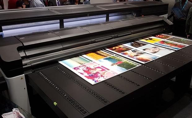 Mit dem R2000 bringt HP den Druck mit Latex-Tinten auch auf starre Medien. Das neue Drucksystem feiert seine Premiere auf der Fespa 2018 in Berlin, die noch bis morgen stattfindet.