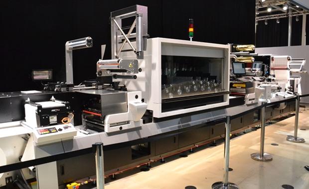 Die neue Océ Labelstream 4000 von Canon wurde bei ihrer Premiere in Poing in Hybrid-Konfiguration, unter anderem mit Kaltfolieneinheit und semirotativer Stanze gezeigt.