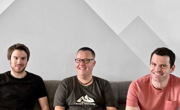 Die Crispy Mountain-Geschäftsführer Christian Weyer (links) und Matthias Prinz (rechts) freuen sich über Sebastian Krüger als neuen Vertriebsleiter für ihr Management Informationssystem Keyline.