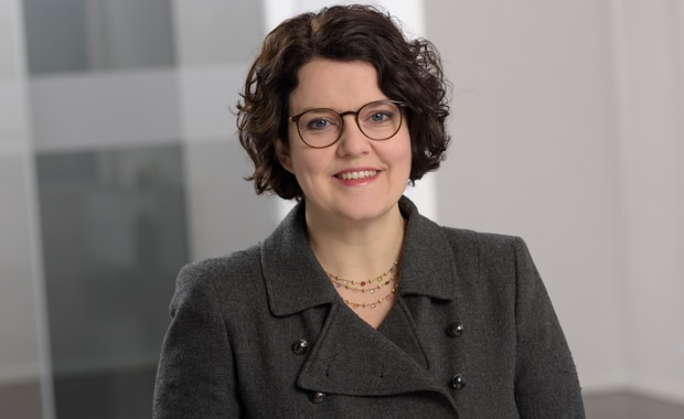 Dr. Isolde Bachert leitet die Forschungs- und Entwicklungsabteilung beim Chemiekonzern Follmann.