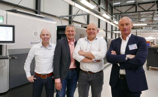 Vor der neuen Rollen-B1-Digitaldruckmaschine HP Indigo 50000 bei Albumprinter: Ed Koks (Production Manager bei Albumprinter), Onno Schiltkamp (Key Account Manager bei HP), Jacco Buurman (Plant Director bei Albumprinter) und Maarten Guijt, Regional Business Manager bei HP Indigo.