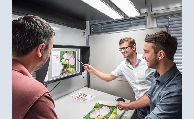 Druckindustrie: Softproof-Farbabmusterung bei Prinovis in Nürnberg unter LED-Normlicht von Just.