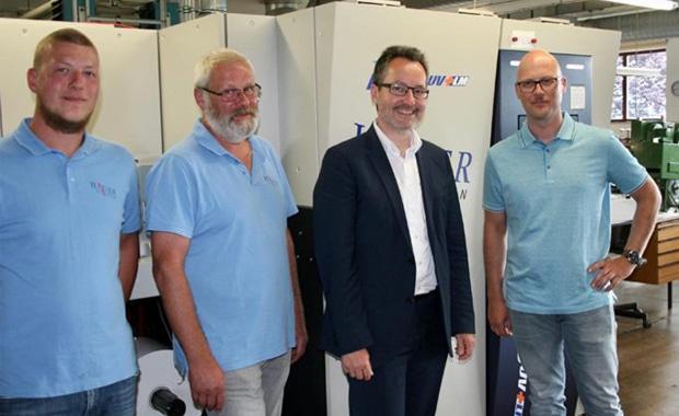Hauer Etiketten aus dem österreichischen Aigen im Mühlkreis hat in eine Screen Truepress Jet L350UV+LM investiert. Im Bild: Rudolf Hauer, Martin Hauer, Martin Strobel vom Vertriebspartner MCA PRO GmbH und Manfred Hauer.