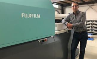 Gerhard Worch, Geschäftsführer von KL Druck, vor der neuen Fujifilm Jet Press 720S.