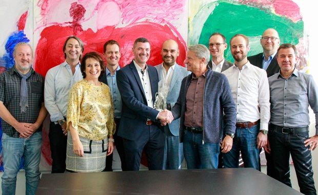 Druckindustrie: Meyle+Müller-Chef Eugen Müller gratuliert Peter Schellhorn im Namen der Belegschaft zum 25-jährigen Betriebsjubiläum beim Pforzheimer Medien- und IT-Dienstleister.