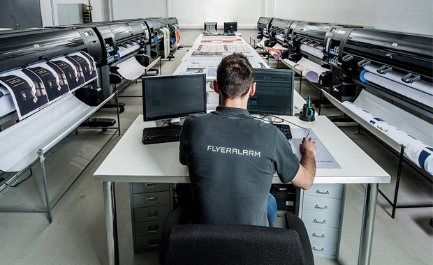 Großformat-Plakatproduktion bei der Flyeralarm Large Format Printing GmbH.