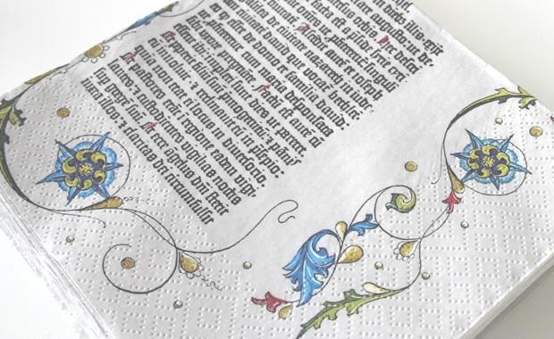 Das Hochheimer Unternehmen Braun + Company hat die Weihnachtsgeschichte aus der Gutenberg-Bibel auf Servietten gedruckt und die erste Palette dem Gutenberg-Shop geschenkt.
