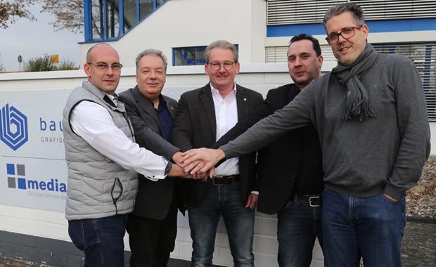 V.l.n.r.: Peter Renz, Elmar Gaschet, Jürgen Lüke, Jens Lewald und Christian Eggers beim Shake-Hands. Mit einem Handschlag wurde die offizielle Partnerschaft von Medianetics und Lewald & Partner besiegelt.