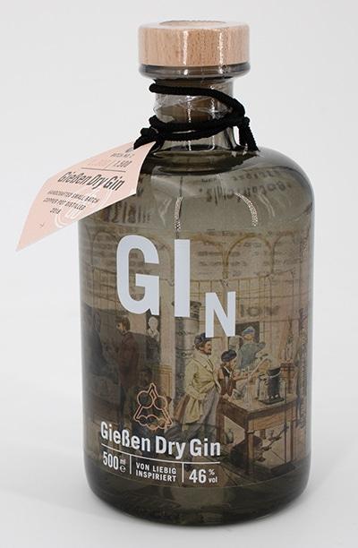 Eine interessante Anwendung: Das Unternehmen Gießen Dry Gin verkauft regionalen Gin und wollte ein besonders Etikett. Das wiederum wurde bei Print-ID auf der neuen HP Indigo 6900 auf Folie gedruckt, mit Kupfereffekt und Weiß.
