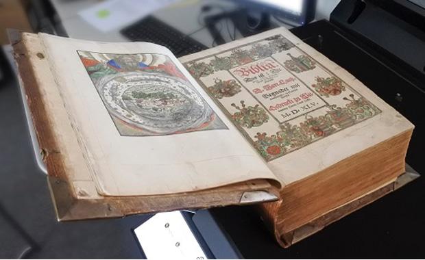 Druckvorstufe / Typografie: Die sehr gut erhaltene Original-Luther-Bibel, die jetzt mit einem Highend-Scanner der Firma Image Access (Wuppertal) digitalisiert wurde.