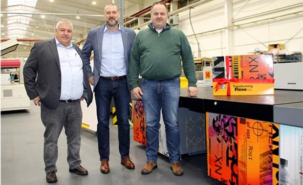 Flexodruck: Am neuen Kodak-Imager Flexcel NX Wide 5080 (von links): Thomas Pyssa (Betriebsleiter des Produktionsstandorts Greven der U. Günther GmbH), Sascha Paus (Sales Manager DACH, Flexo Packaging Division, Kodak) und Peter Tarnowski (Geschäftsführer der U. Günther GmbH).
