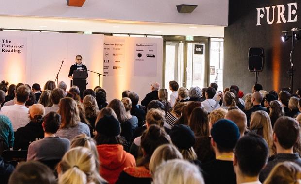 Typografie: Volles Haus: Rund 250 Teilnehmer lauschten den zehn Vorträgen des ersten Tages bei der FURE 2018. Sonja Knecht widmete sich in ihrem Eröffnungsvortrag den sprachlichen Aspekten der Textgestaltung.