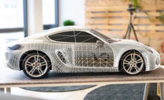 Mediendesign: Ankerpunktloses »Model Tracking« mit der Microsoft HoloLens. Die AR-Brille findet das Fahrzeug im freien Raum und identifiziert es anhand optischer Merkmale auf Basis von CAD-Daten.