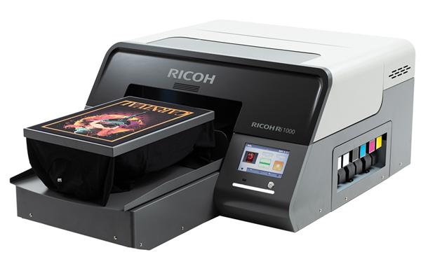 Mit dem Ri 1000 hat Ricoh einen neuen Textildirektdrucker vorgestellt. Er ersetzt das Vorgängermodell Ri 3000.