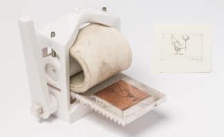 Die Druckerpresse aus dem 3D-Drucker von Martin Schneider macht den Hoch- und Tiefdruck für eine breite Öffentlichkeit zugänglich.