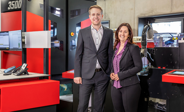 Christian Jakob, Technischer Leiter und Sabine Komar-Häusler, CEO der Komar Products GmbH & Co KG, vor der neuen Wall Decoration Suite von Xeikon.