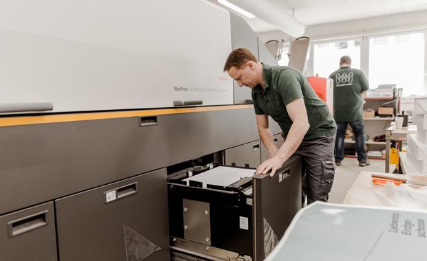 Bei der Schweizer Medienmacher AG ist seit inzwischen über einem halben Jahr eine Nexpress ZX3900 von Kodak im Einsatz. Im Bild: Operator Marcel Kunz lädt in einem Anleger der Digitaldruckmaschine Papier nach.