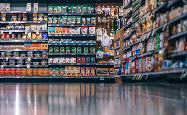 Verpackungsdruck: Am POS: Die Flächen werden immer kleiner, die Sortimente größer. Es gibt weniger Regalplätze und weniger Displayfläche. Durchschnittliche Anzahl an Artikeln in Lebensmittel-Supermärkten in Deutschland: 1975: 3.500, 2015: 11.600.