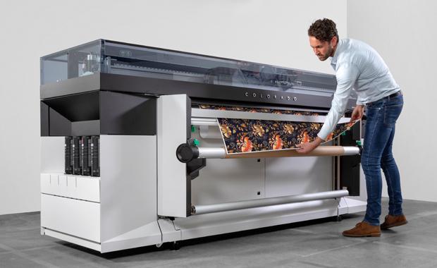 Large Format Printing: Die neue FLX-Finish-Technologie soll beim 64-Zoll-UVgel-Rollendrucker Océ Colorado 1650 sowohl Matt- als auch Hochglanzdrucke (unabhängig vom Druckmedium) ermöglichen.