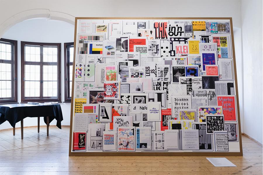 """Typografie: Für die Ausstellung """"Die Summe seiner Teile"""" schufen Philipp Neumann und Karen Laube (mzin) aus Leipzig (mit im Boot auch Lena Manger) ein riesengroßes Tablet-Display; darauf zu sehen: eine ganz persönliche Auswahl mit 80 Arbeiten, die aufs Bauhaus verweisen, in welcher Form auch immer."""