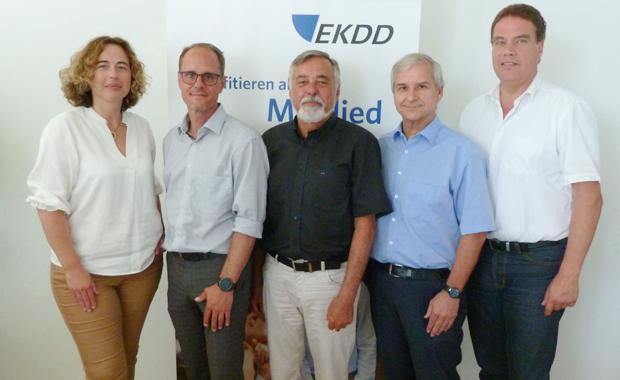 Der EKDD-Aufsichtsrat ist bei der Generalversammlung in Offenburg bestätigt worden: Aufsichtsratsvorsitzender ist auch künftig Rigo Fay (Mitte), sein Stellvertreter Holger Hengst (2.v.r.). Andreas Krych (2.v.l.) komplettiert den Aufsichtsrat. Vorstand des EKDD sind zudem Delphine A. Soulard (l.) und Bodo Schmischke (r.).