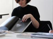 Jurymitglied Franziska Morlok bei der Bewertung von »Name Waffe Stern«.