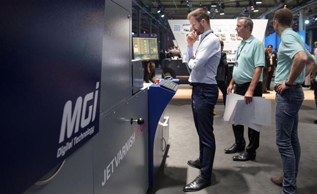 MGI Jetvarnish 3D One Digitale Druckveredelung Konica Minolta