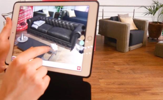 Druckindustrie: Eine Anwendung von vielen: AR-App von RLS zur Positionierung von virtuellen 3D-Inhalten in ein reales Umfeld (vergleichbar zu »Ikea Places«).