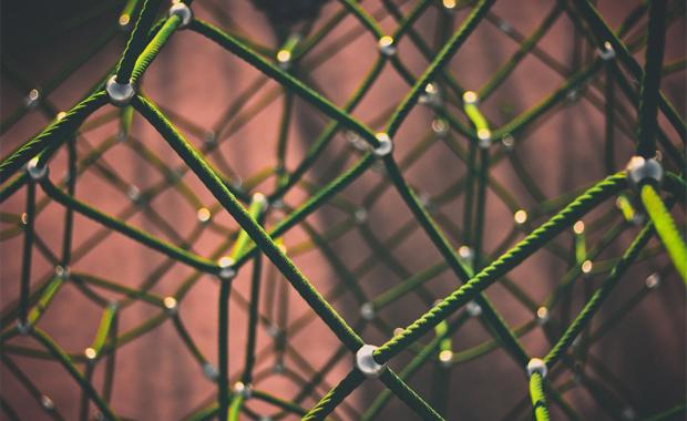Druckindustrie 4.0: Die digitale Transformation fordert die Betriebe der Druck- und Medienwirtschaft mehr heraus als alle anderen Branchenentwicklungen zuvor. Vor allem individuell-strategisch. Nahezu alle Unternehmensbereiche gilt es für eine Neuorientierung zu hinterfragen. Folgt man dabei sieben zentralen Thesen, so ist man auf dem richtigen Weg.