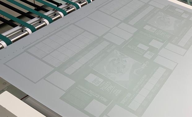 Die Superia ZE von Fujifilm bei der Ausgabe aus dem CtP-System. Der Kontrast ist geringer als bei entwickelten Druckplatten, aber mehr als ausreichend für eine Sichtkontrolle und die Zuordnung zu einer Druckmaschine.