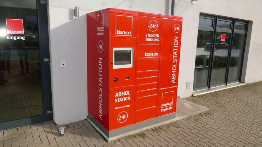 Druckindustrie: Das 24/7-Smart-Terminal von Kern besteht bei der Klartext GmbH aus drei Modulen. Rot foliert bieten diese zusätzliche Werbefläche und sollen zugleich ein »Hingucker« sein.