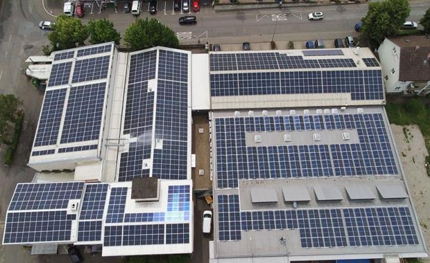 Großformatdruck: Die neue Photovoltaik-Anlage des Druckhauses Götz (mit einer Leistung von 370 kwp (Kilowatt-Peak)) wurde im März beauftragt und ging vor wenigen Wochen ans Netz.