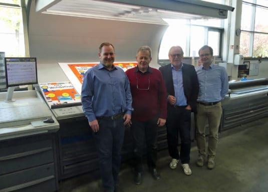 Großformatdruck: Sie bilden die Führungsriege der Druckhaus Götz GmbH (von links): Sebastian Götz und Thomas Götz sowie Ulrich Götz und Florian Götz stellen sich mit ihrem Familienunternehmen gemeinsam den Herausforderungen der immer anspruchsvoller werdenden grafischen Industrie.