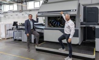 Jürgen Winkler (links), Director Operations bei der Onlineprinters GmbH, und Ralf Schraud, Bereichsleitung Digitaldruck/LFP/VOP bei der Onlineprinters Produktions GmbH, an der zweiten HP Indigo 100K, die noch im August in Neustadt an der Aisch installiert werden soll.