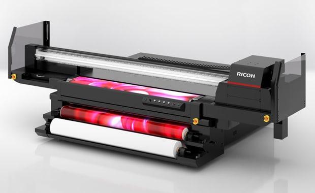 Ab 1. Januar 2021 in Europa erhältlich: Der neue UV-Hybrid-Flachbettdrucker Ricoh Pro TF6251 verarbeitet starre Medien und Rollenmaterial.