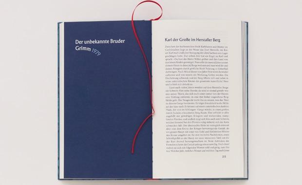 Typografie: Heiner Boehncke, Hans Sarkowicz: »Der fremde Ferdinand. Märchen und Sagen des unbekannten Grimm-Bruders« (Bd. 448, 2020). Die märchenhafte Gestaltung des Buches aus der Anderen Bibliothek stammt von Hagen Verleger.