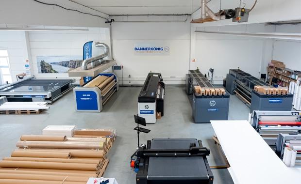 Online-Druckerei: Blick in den Produktionssaal bei Bannerkönig. Hier sind bereits einige Latexdrucker HP 3600 im Einsatz.
