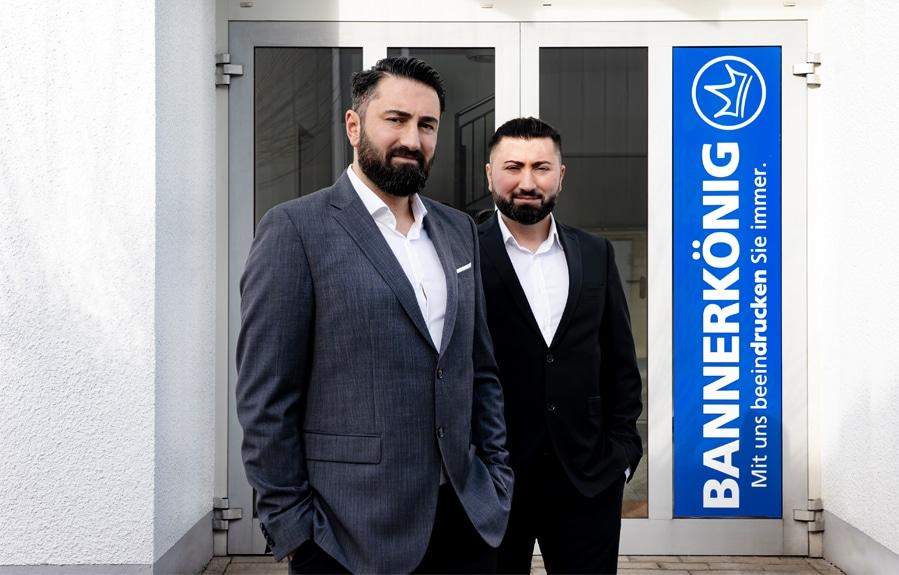 Die Macher der Online-Druckerei bannerkoenig.de: die Brüder Selcuk und Serkan Günes.