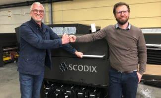 Druckveredelung: Franz Repp, Scodix Sales Director DACH (links), mit Chief Marketing Officer Sven Binder (Sendmoments GmbH) vor der neuen Scodix Ultra 3000.