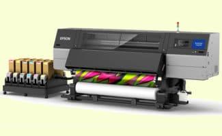 Der Epson Surecolor SC-F10000H ermöglicht den Einsatz zweier unterschiedlicher Tintensets: entweder CMYK + fluoreszierend Pink und Gelb oder CMYK + LM + LC. Das Large Format Printing-System soll ab Juli 2021 im qualifizierten Fachhandel verfügbar sein.