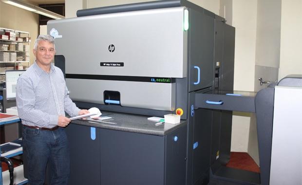 Mit der Ersatzinvestition in eine HP Indigo 7K hat der Münchner Printmediendienstleister Wenzel GmbH seine Anwendungsbreite in Sachen Farbigkeit und Substrate weiter ausgebaut (im Bild: Wenzel-Prokurist Ludwig Schrettenbrunner).