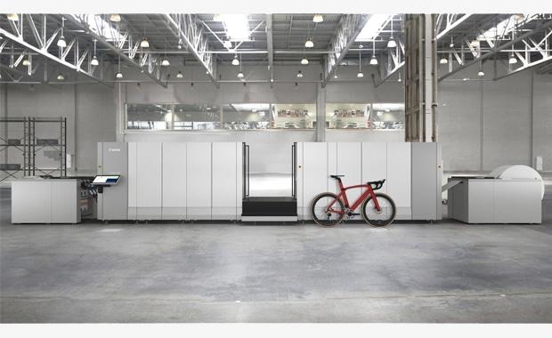 Soll in Bezug auf Produktivität, Druckqualität und Anwendungsflexibilität neue Standards im hochvolumigen Endlos-Inkjet-Produktionsdruck setzen: die neue Canon Colorstream 8000.