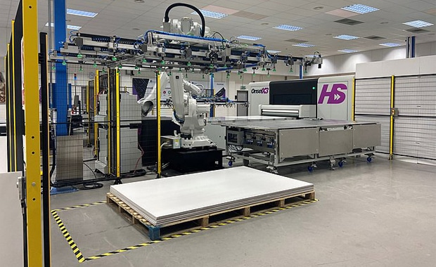 Large Format Printing: Das Highend-Großformatdrucksystem Onset X HS von Fujifilm und Inca Digital kann ab sofort mit Roboter-basierter Automationstechnik für die Produktion hoher Auflagen ausgestattet werden.