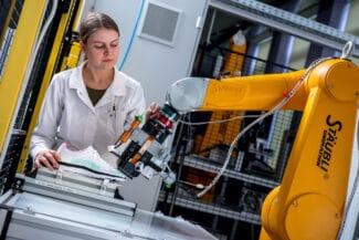 Bedrucken einer Freiform-Oberfläche (Sportschuh) mit einem Stäubli-Roboterarm mit UV-aushärtenden Inkjet-Tinten.